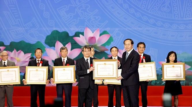 Chủ tịch Nước trao giải thưởng cho cá nhân đoạt giải