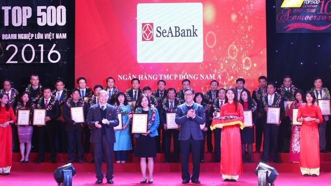 Lãnh đạo SEA Bank lên nhận chứng nhận
