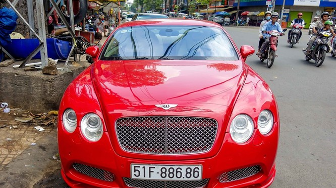 Bentley Continental GT là mẫu xe sang trọng, hai cửa, bốn chỗ ngồi, được sản xuất từ năm 2003. Số lượng xe loại này tại Việt Nam lên tới hàng chục chiếc, tuy nhiên chủ yếu mang màu đen, màu đỏ khá hiếm.