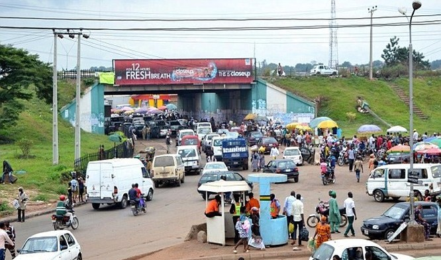 Sang đường ở Nigeria: Đây là một trải nghiệm dựng tóc gáy, khi những người đi bộ và xe không tuân thủ theo một quy tắc nào. Các nhóm người đi bộ thường đi qua đường trước mũi những chiếc xe chạy với vận tốc 100 km/h. Nếu xe đâm phải người đi bộ, lái xe th