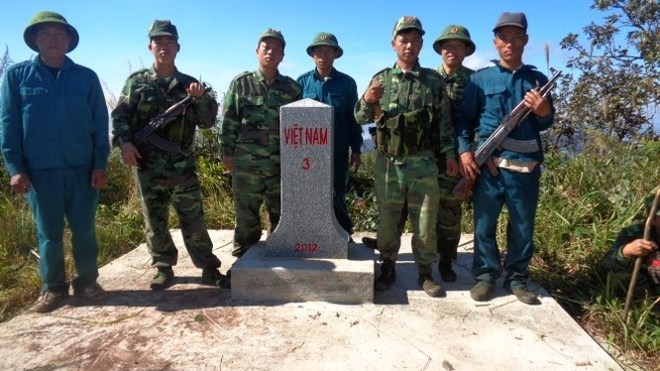 Các chiến sĩ biên giới bên cột mốc biên phòng