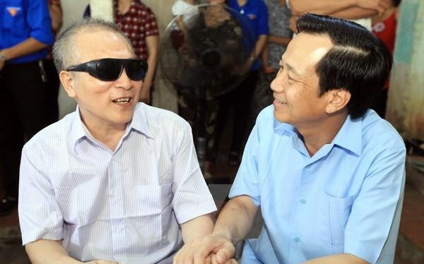 Bộ trưởng Đào Ngọc Dung thăm hỏi, tặng quà thương binh nặng Phạm Hữu Chung ở xóm Sơn Đô, xã Tân Thái, huyện Đại Từ, Thái Nguyên. (Ảnh: Anh Tuấn/TTXVN)
