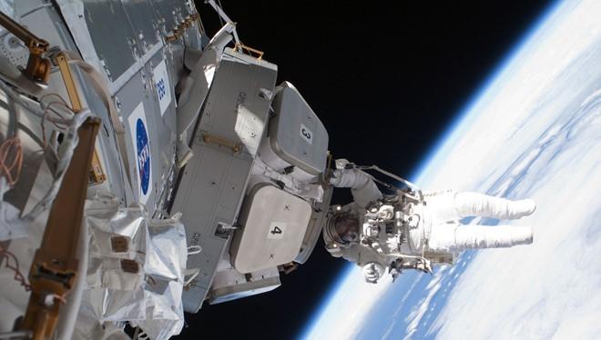 Trạm Vũ trụ quốc tế (ISS) - Chi phí: 150 tỷ USD (tính đến năm 2010) Công trình đắt nhất hành tinh này quay quanh trái đất ở độ cao hơn 300 km. Kế hoạch mở rộng ISS đang được thực hiện có chi phí khoảng 60 tỷ USD. Còn kế hoạch mở rộng tới năm 2020 tiêu tốn