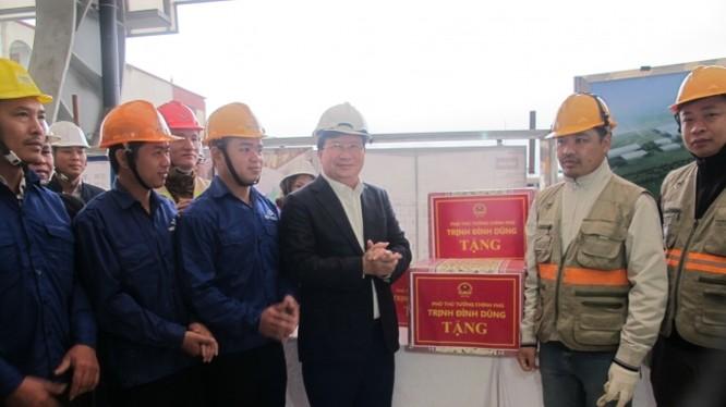 Phó Thủ tướng Trịnh Đình Dũng tặng quà, chúc mừng năm mới, động viên CBCNV các lực lượng trên công trình đường sắt đô thị Cát Linh – Hà Đông