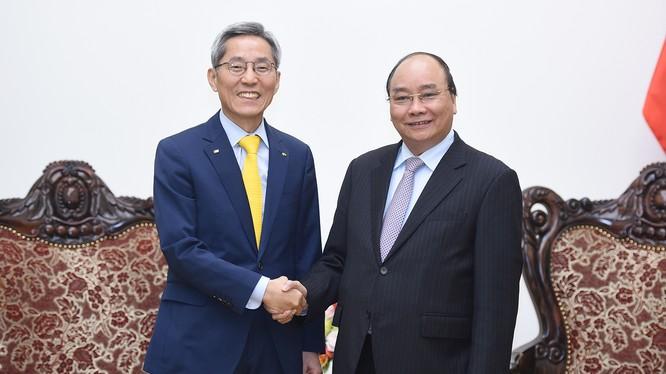 Thủ tướng Nguyễn Xuân Phúc tiếp Chủ tịch Tập đoàn tài chính KB Kookmin