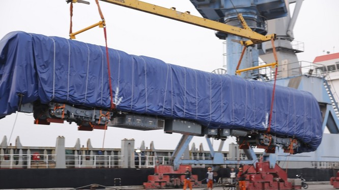 Lô hàng của dự án được công nhân cảng Hạ Long bốc dỡ lên bờ