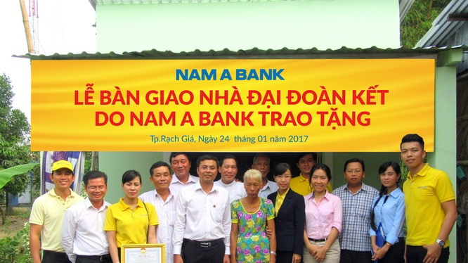 Ông Nguyễn Tấn Tài – Giám đốc Chi nhánh Nam A Bank Kiên Giang cùng đại diện UBMTTQ, UBND TP Rạch Giá trao nhà Đại đoàn kết cho gia đình bà Nguyễn Thị Hoa ở xã Phi Thông.