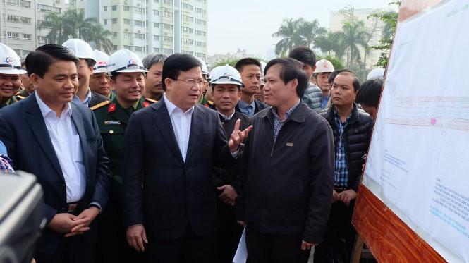 """Phó Thủ tướng Trịnh Đình Dũng nói, """"với tư cách quản lý nhà nước, không thể nói chẳng vấn đề gì đâu mà phải khẳng định là có an toàn không"""" - Ảnh: Xuân Long - Tuổi trẻ"""