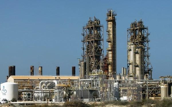 Một nhà máy lọc dầu ở al-Buraqah, phía bắc Libya ngày 12/1. (Nguồn: AFP/TTXVN)