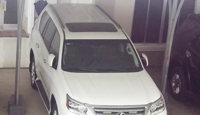 Một trong hai chiếc xe Lexus được tặng