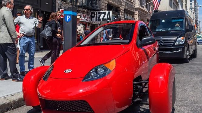 Elio là chiếc xe ba bánh, hai chỗ ngồi, được trang bị động cơ ba xy-lanh, công suất 55 mã lực, tốc độ tối đa 160 km/h. Mức giá tại Mỹ của mẫu xe này chỉ trên 7.000 USD. Theo nhà sản xuất, hiện nay đã có 60.000 người đặt hàng trước.