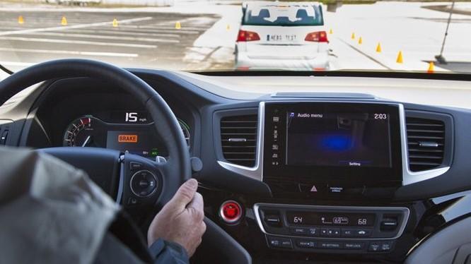 1. Không quan sát xung quanh: Lỗi đầu tiên là một lỗi cơ bản khi người lái không chú ý đến các di chuyển xung quanh. Việc tập trung quan sát sẽ tránh phải phanh gấp, chuyển làn bất ngờ và các va chạm không đáng có.