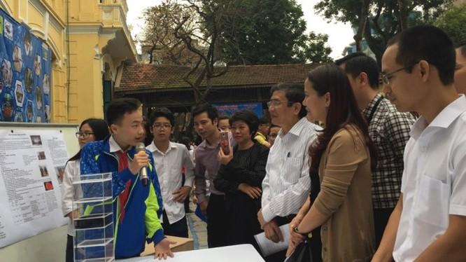 Em Nguyễn Gia Thịnh thuyết minh về sản phẩm máy lọc khí. Ảnh Quý Hiên