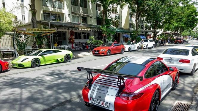 Phú Mỹ Hưng được mệnh danh là khu phố nhà giàu tại TP.HCM. Chính vì vậy, việc bắt gặp những chiếc siêu xe ở đây không quá khó.