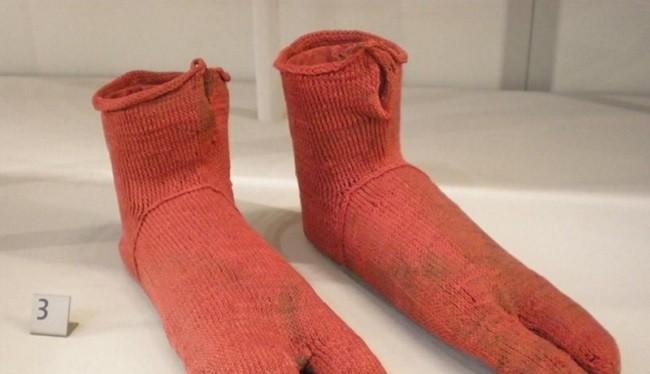 1. Đôi tất cổ nhất (1.500 tuổi). Những đôi tất len này từ Ai Cập có nghĩa là được dùng để đi với dép và được làm từ khoảng năm 300 đến 499 sau Công nguyên. Chúng được phát hiện vào thế kỷ 19.