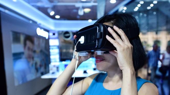 Một người dân đang xem kính thực tế ảo - Ảnh: Hữu Thuận