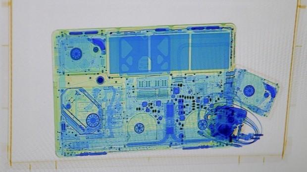 Hình ảnh chup X-quang của một máy tính xách tay.