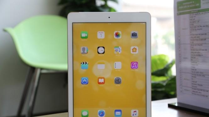 iPad 9.7 2017 thừa hưởng thiết kế của iPad Air 2 nên phần khung bao quanh màn hình thon gọn hơn các thế hệ trước.