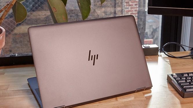 Vỏ nắp máy sần mịn và khó bám vân tay, logo HP kiểu mới tạo điểm nhấn