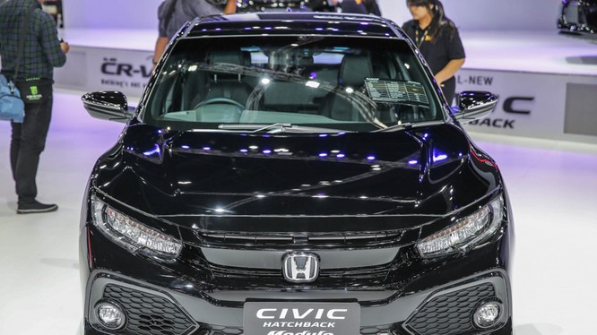 Gian hàng của Honda tại triển lãm Bangkok International Motor Show 2017 nổi bật không chỉ với mẫu Honda CR-V mới mà còn có sự hiện diện của chiếc Civic Hatchback được gắn bodykit Modulo.