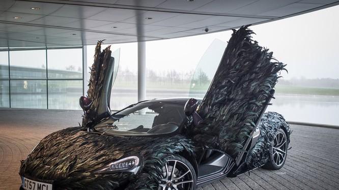Để hoàn thành việc phủ lông vũ lên thân, những người thợ của McLaren đã phải làm việc thủ công trong hơn 300 giờ, lâu hơn cả thời gian sản xuất xe.