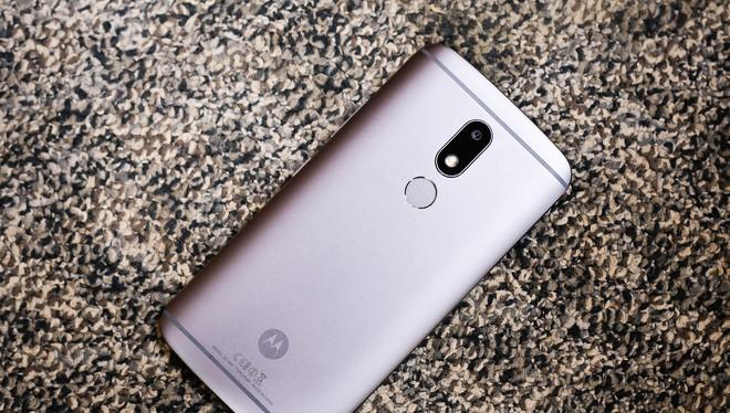 Moto M là mẫu Android 2 sim tầm trung nằm cùng phân khúc với F1s 2017 và Galaxy J7 Prime. Máy có thiết kế chắc chắn với vỏ kim loại nguyên khối, mặt lưng được bo cong nhiều về hai bên. Chất lượng hoàn thiện bên ngoài tốt hơn hai model tới từ Samsung và Op