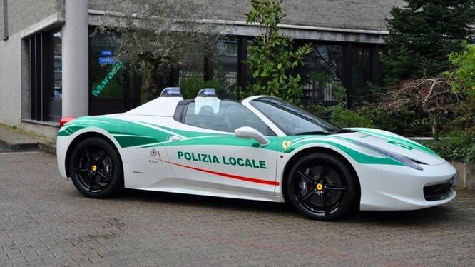 Ferrari 458 Spider được sử dụng bởi cảnh sát Milan, Italy.