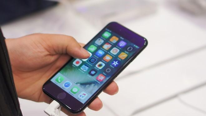 Theo các nhà bán lẻ, smartphone cao cấp và iPhone chính hãng nói chung không có doanh số khả quan trong quý đầu 2014.