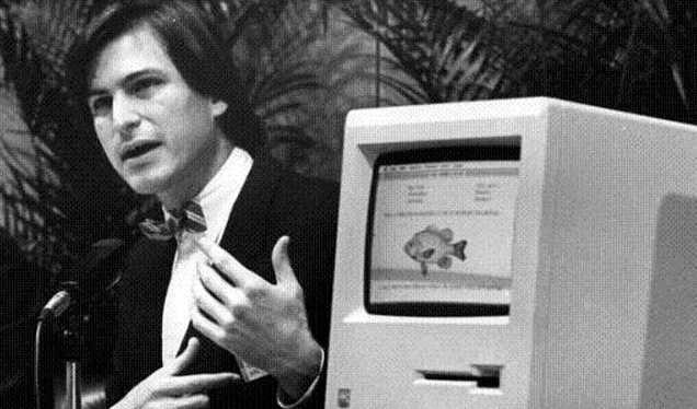 Steve Jobs bên cạnh máy tính Mac vào năm 1984