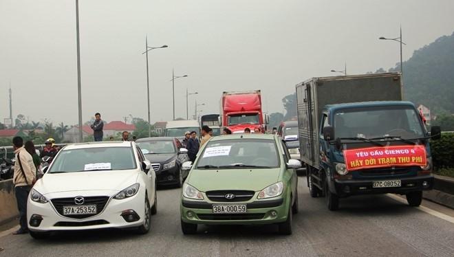 Người dân đưa ô tô chặn cầu Bến Thủy phản đối việc thu phí