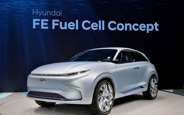 Hyundai FE Fuel Cell Concept sử dụng hệ thống pin nhiên liệu thế hệ thứ 4 của hãng xe Hàn Quốc, được thiết kế để cho công suất và tính năng vận hành tương đương động cơ xăng - 800 km sau mỗi lần sạc.