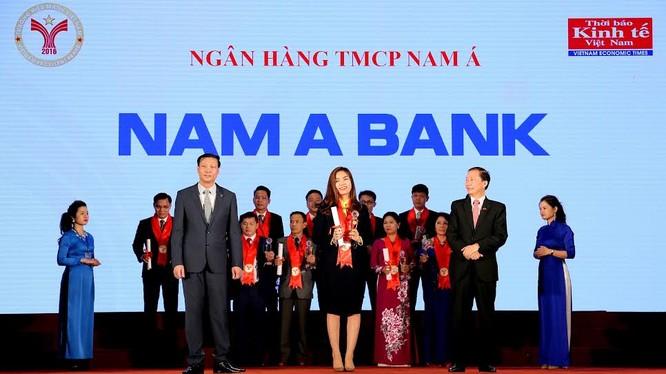 Bà Trần Đặng Như Quỳnh – Giám đốc Thương hiệu Nam A Bank vinh dự nhận cúp Thương hiệu mạnh 2016 từ Chương trình.
