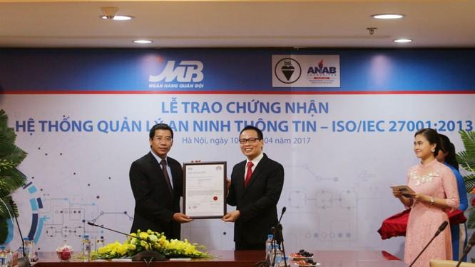 Ông Lưu Trung Thái nhận chứng nhận ISO/IEC
