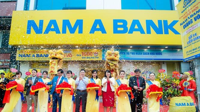 Ban Lãnh đạo cùng các Khách mời cắt băng khai trương trụ sở mới Nam A Bank Giảng Võ.