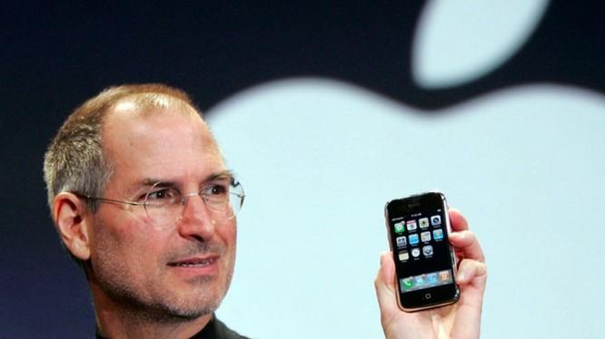 CEO Apple - ông Steve Jobs - trong lễ ra mắt iPhone đầu tiên vào năm 2007. Ông qua đời năm 2011 do bị ung thư tuyến tuỵ.