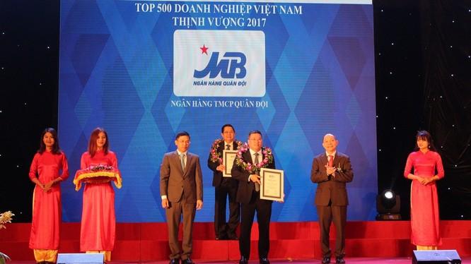 Ông Uông Đông Hưng – Phó Tổng Giám đốc MB nhận danh hiệu TOP 1 nhóm Ngân hàng cổ phần trong Bảng xếp hạng BP500