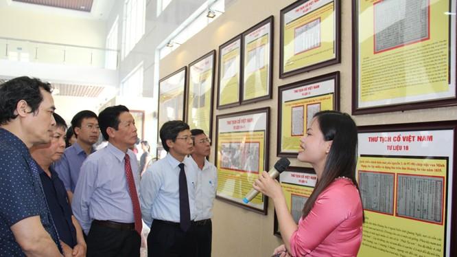 Các đại biểu tham quan Triển lãm