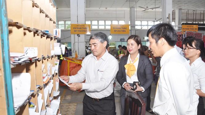 Thứ trưởng Nguyễn Minh Hồng khảo sát tình hình hoạt động sản xuất tại Trung tâm Khai thác Vận chuyển thuộc Bưu điện TP. Hồ Chí Minh - (ảnh: Bộ TT&TT)