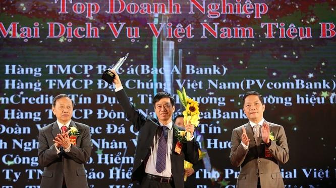 Đại diện của PVcomBank nhận giải
