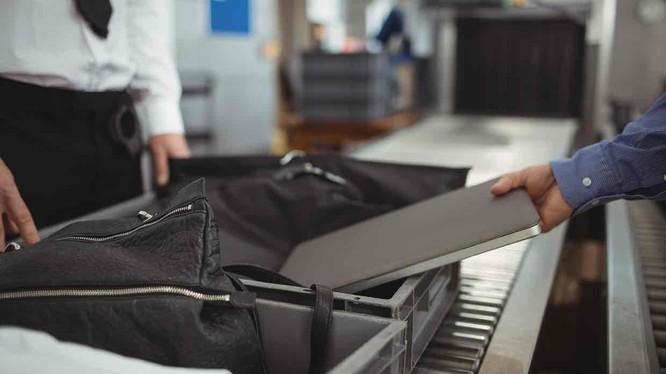 Mỹ đang xem xét cấm đưa laptop và tablet lên cabin của các chuyến bay từ châu Âu