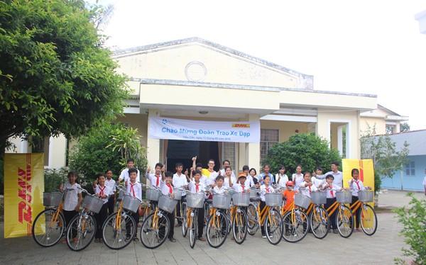 DHL trao tặng xe đạp cho trẻ em.