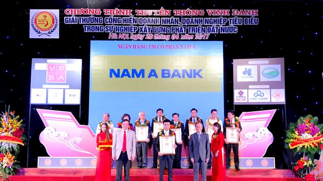 """Đại diện Nam A Bank nhận giải thưởng cống hiến """"Doanh nghiệp tiêu biểu trong sự nghiệp xây dựng và phát triển đất nước 2017""""."""
