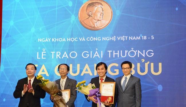 Phó Thủ tướng Vũ Đức Đam và Bộ trưởng Bộ KH&CN Chu Ngọc Anh tặng giấy chứng nhận và hoa chúc mừng hai nhà khoa học nhận Giải thưởng. (Ảnh: Dân trí)