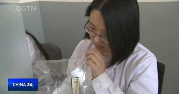 Một chuyên viên đang đánh giá các mẫu không khí có sẵn để xác định về mức độ ô nhiễm của chúng.