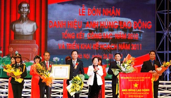 """Trịnh Xuân Thanh nhận bằng khen """"Anh hùng lao động"""""""