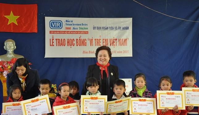 Bà Nguyễn Thị Nga – Chủ tịch SeABank trao học bổng cho các em học sinh nghèo xã Ân Nghĩa, huyện Lạc Sơn, Hòa Bình
