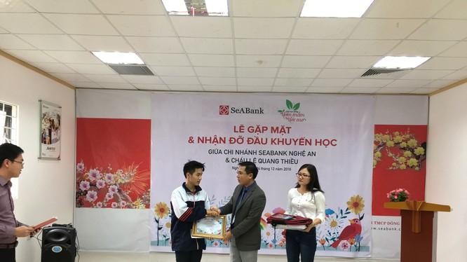 Đại diện SeABank trao học bổng Ươm mầm ước mơ tại Nghệ An