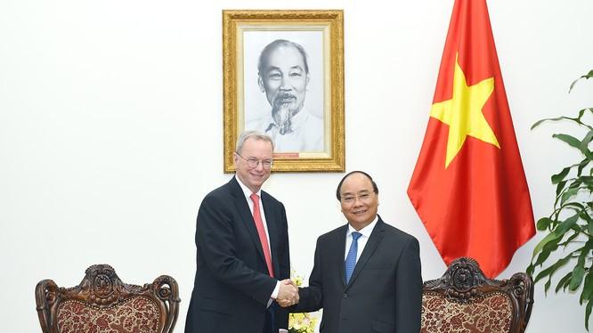 Thủ tướng Nguyễn Xuân Phúc tiếp ông Eric Schmidt, Chủ tịch điều hành Tập đoàn Alphabet (công ty mẹ của Google). Ảnh: VGP/Quang Hiếu