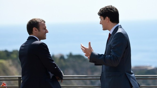 Thủ tướng Canada Justin Trudeau và Tổng Thống Pháp Emmanuel Macron nói chuyện trong khung cảnh thơ mộng của Địa Trung Hải.