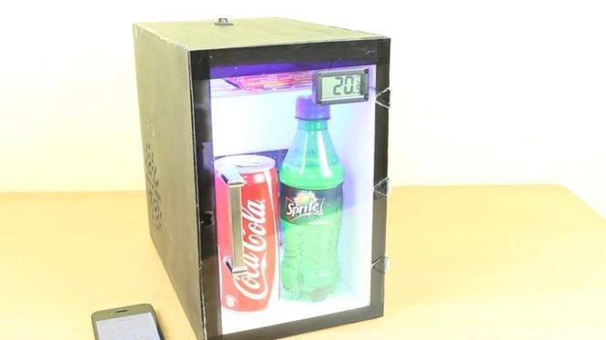 Tủ lạnh mini:Với nhiệt độ hiện nay, cách giải nhiệt nhanh chóng nhất là uống nước giải khác. Ý tưởng về một chiếc tủ lạnh mini, sử dụng động cơ quạt công suất nhỏ với năng lượng từ pin quả là không tệ. Bạn có thể mang nó đi muôn nơi. Nhu cầu về nước uống